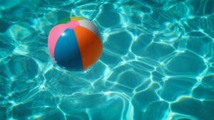 piscine et ballon